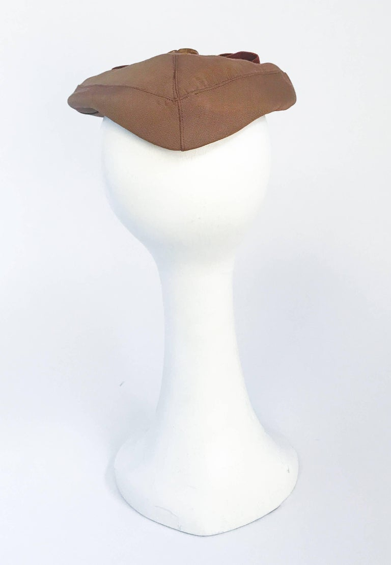 1940s Twill Gold-toned Hat with Rust-toned Gros-grain Ribbon and Bakelite Clip In Good Condition For Sale In San Francisco, CA