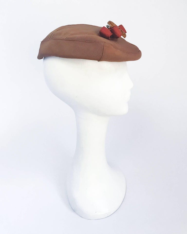 Women's 1940s Twill Gold-toned Hat with Rust-toned Gros-grain Ribbon and Bakelite Clip For Sale