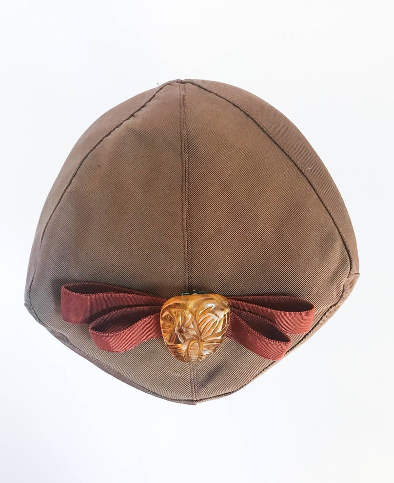 1940s Twill Gold-toned Hat with Rust-toned Gros-grain Ribbon and Bakelite Clip For Sale 1