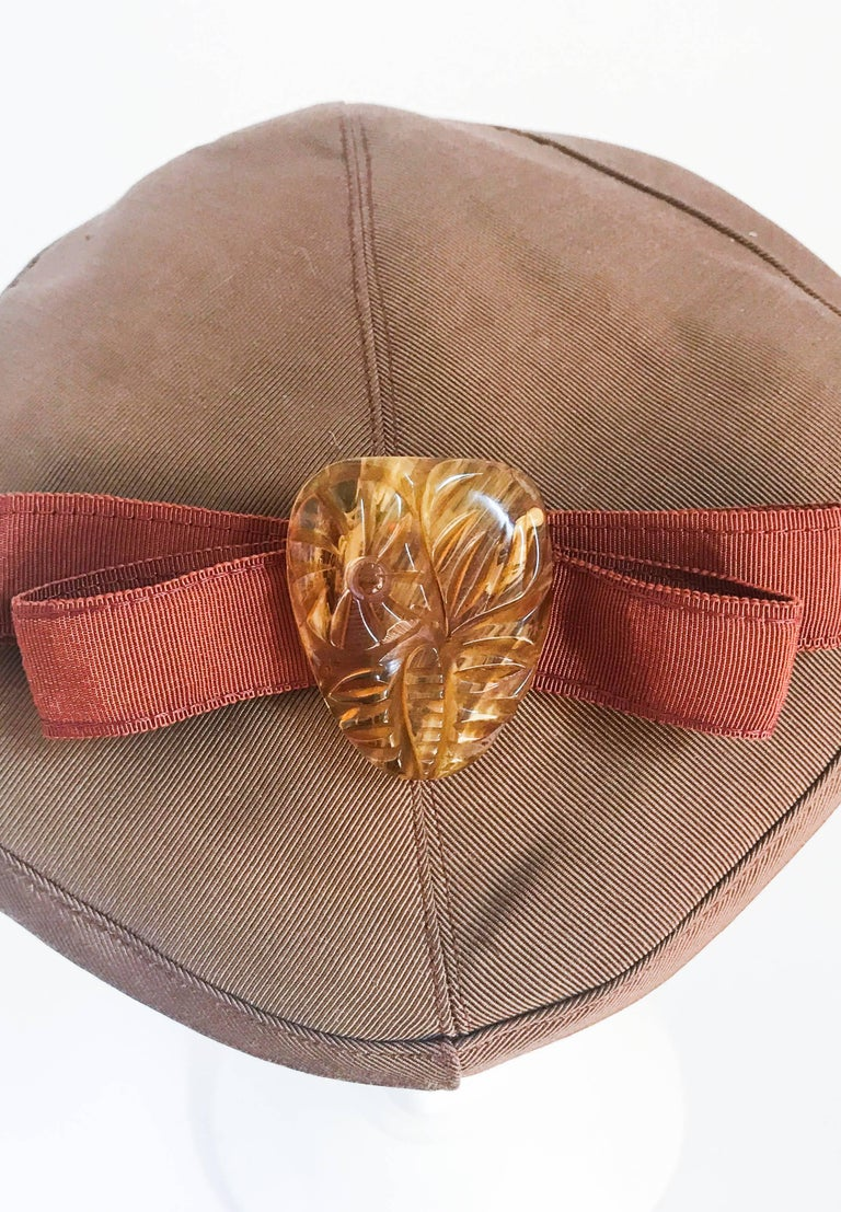 1940s Twill Gold-toned Hat with Rust-toned Gros-grain Ribbon and Bakelite Clip For Sale 2