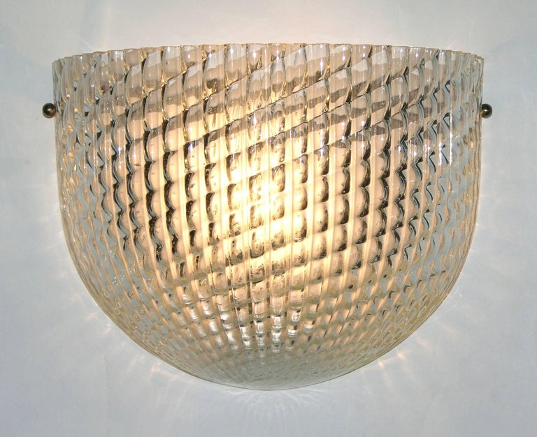 Elegant Italian Art Deco wall light attributed to Barovier e Toso, the high quality crystal clear Murano glass is worked with the technique