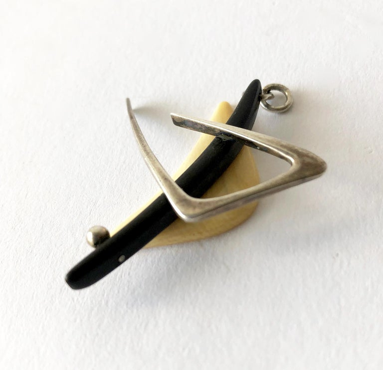 1950 Everett MacDonald Sterling Silver Wood American Modernist Boomerang Pendant In Good Condition For Sale In Los Angeles, CA