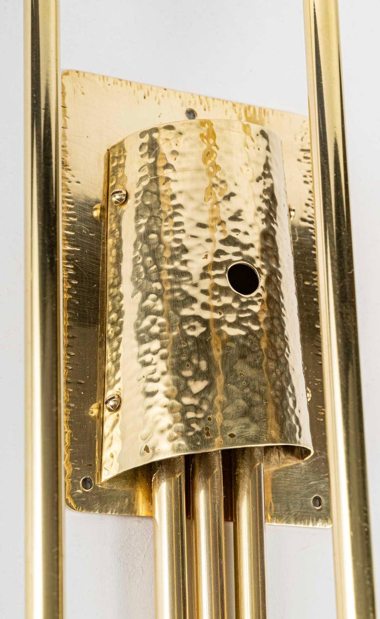 Composed of a rectangular back plate in brass hammered with a chisel by hand on the perimeter of which is placed a half flared cylinder entirely hammered by hand giving a beautiful relief. From the interior of the cylinder, on the lower part come