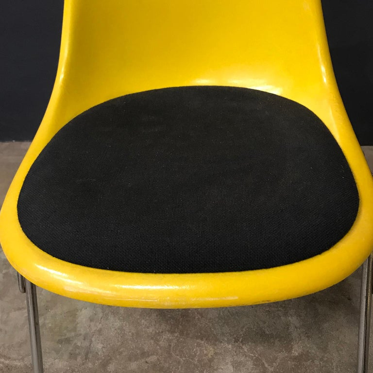 1950 Ray & Charles Eames Herman Miller 2 DSS Fiberglass Stacking Chairs & Pillow For Sale 6