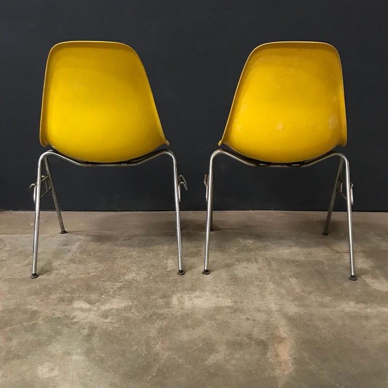 1950 Ray & Charles Eames Herman Miller 2 DSS Fiberglass Stacking Chairs & Pillow In Good Condition For Sale In Amsterdam, North Holland