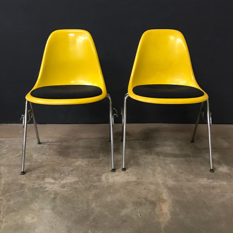 Mid-20th Century 1950 Ray & Charles Eames Herman Miller 2 DSS Fiberglass Stacking Chairs & Pillow For Sale