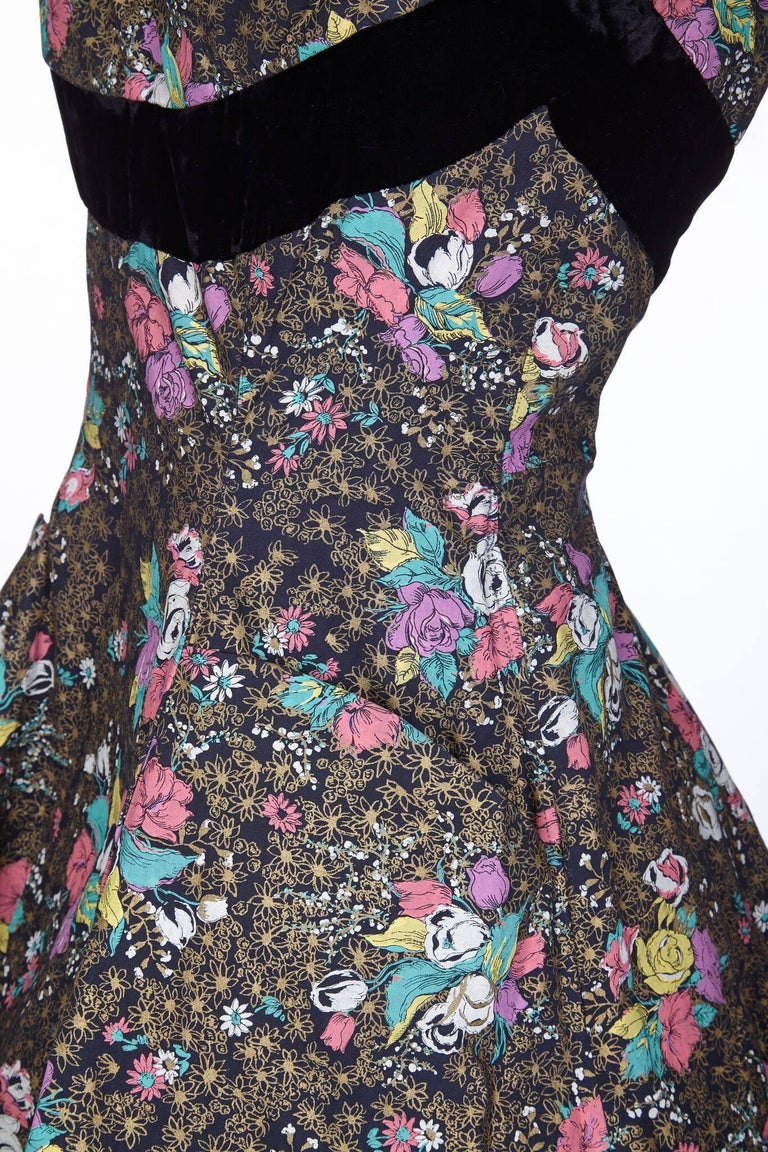 1950s A Dorn Model Rose Print Cotton Dress With Black Velvet Bow In Excellent Condition For Sale In London, GB
