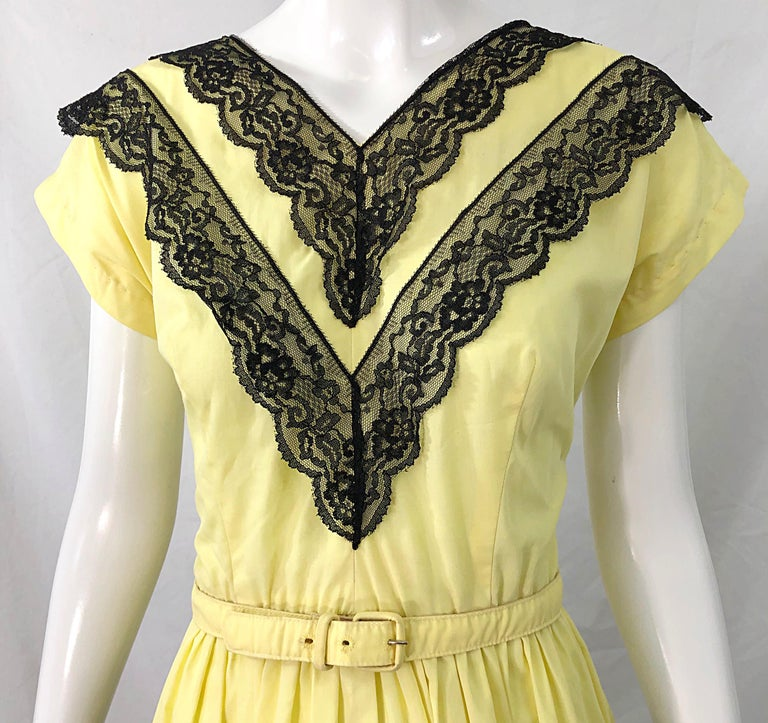 1950s Bettina of Miami Yellow + Black Cotton Lace Fit n' Flare Vintage 50s Dress In Excellent Condition For Sale In Chicago, IL