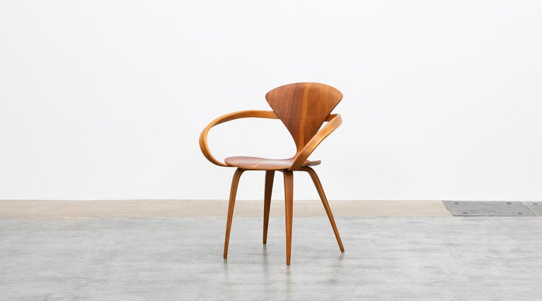 Plywood chair, walnut by Norman Cherner, USA, 1950.  This sculptural chair with armrests comes in plywood on wooden legs and very good original condition. Manufactured by Plycraft in 1950s. Second example in stock (Ref:LU958516327922)  The