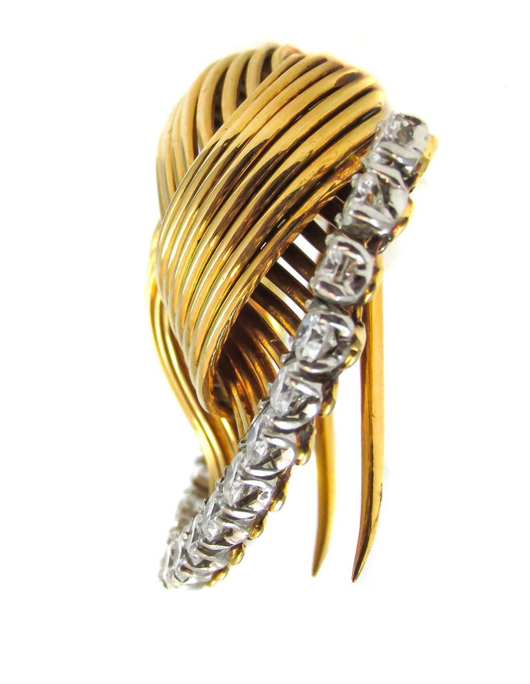 Stylish and chic 1950s clip-on-brooch by Cartier Paris in 18 karat polished yellow gold, in the shape of a fan.This beautifully designed and hand crafted brooch is a true example of creativity from its era and the house of Cartier. A bold