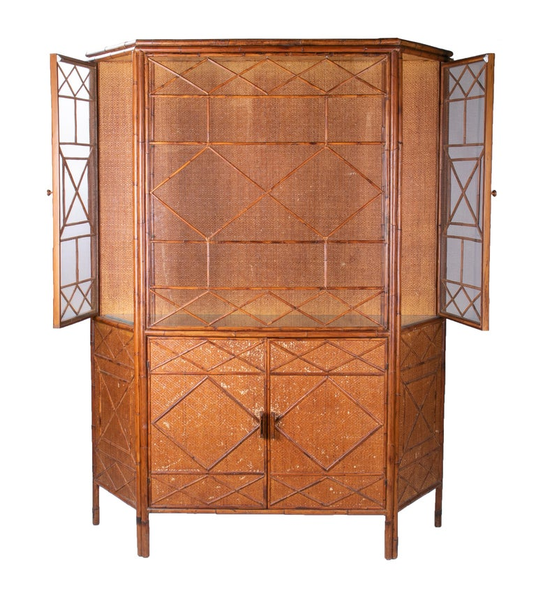 1950s English Bamboo and Rattan Glass Cabinet In Good Condition For Sale In Malaga, ES