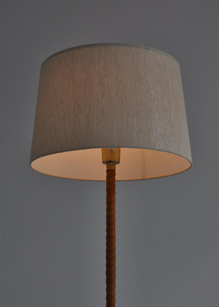1950s Floor Lamp by Lisa Johansson-Pape in Brass and Leather for ORNO, Finland In Good Condition For Sale In Odense, DK