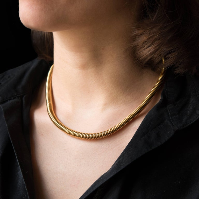 Necklace in 18 karats yellow gold, eagle's head and rhinoceros head hallmarks. Known as a tubogas necklace because of its characteristic flexible tube mesh, this vintage necklace is an iconic model from the 1950s. It features a round wire and a