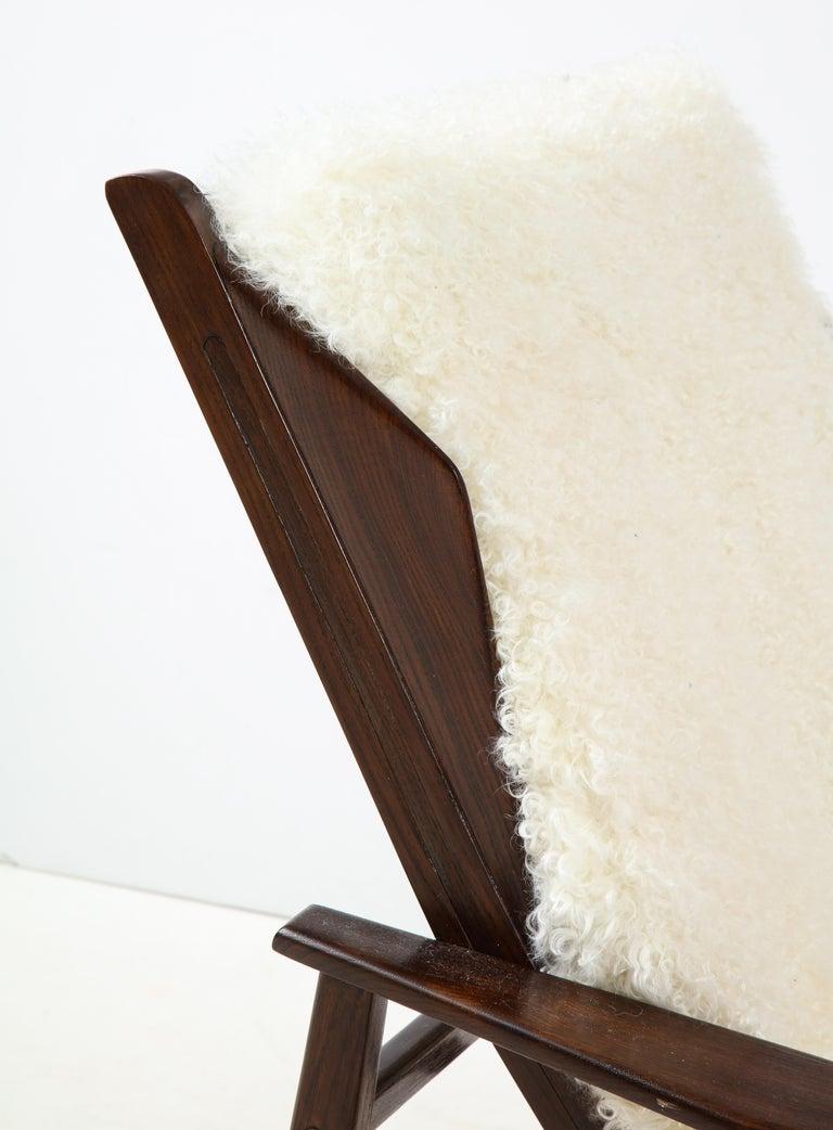 1950s Italian Oak Reclining Lounge Chair in White Kalgan Lambskin For Sale 3