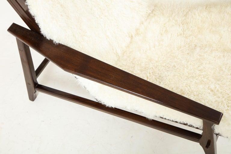 1950s Italian Oak Reclining Lounge Chair in White Kalgan Lambskin For Sale 4