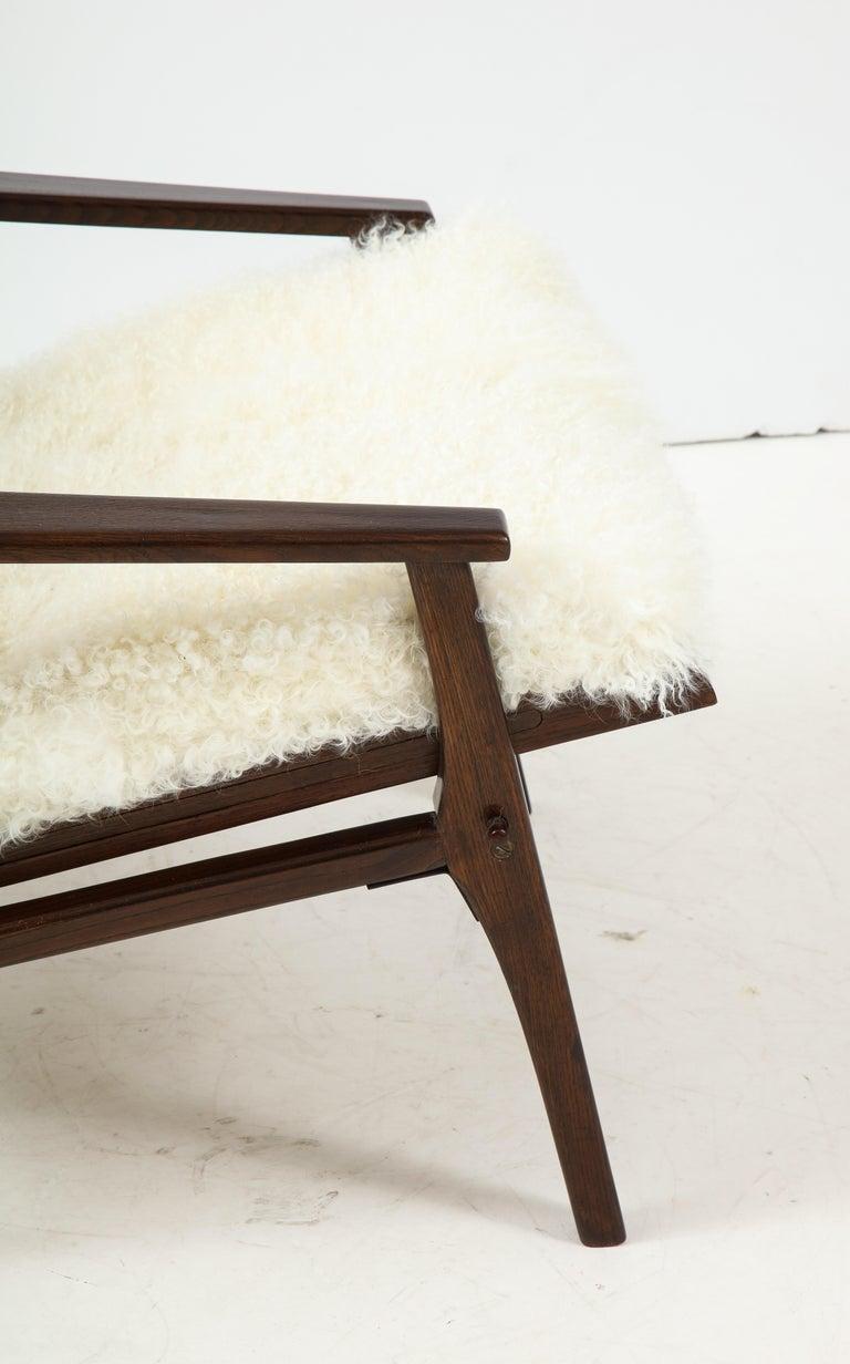 1950s Italian Oak Reclining Lounge Chair in White Kalgan Lambskin For Sale 5