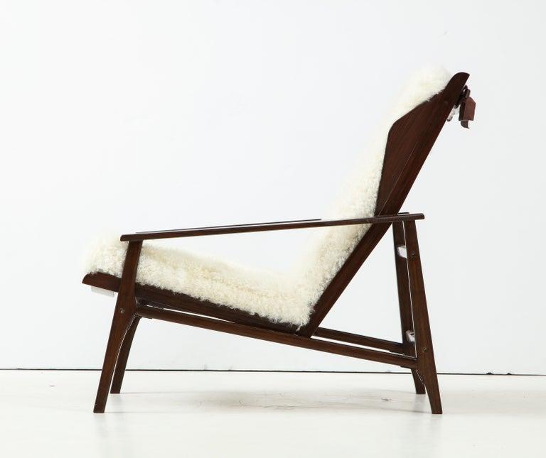 1950s Italian Oak Reclining Lounge Chair in White Kalgan Lambskin In Good Condition For Sale In New York, NY