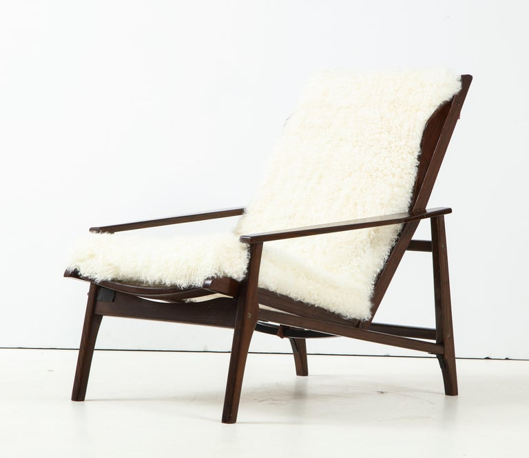Mid-20th Century 1950s Italian Oak Reclining Lounge Chair in White Kalgan Lambskin For Sale