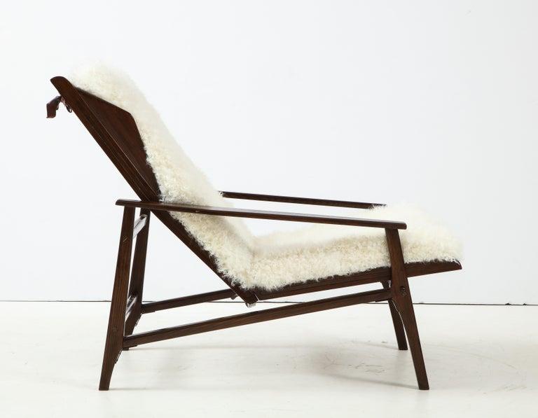 1950s Italian Oak Reclining Lounge Chair in White Kalgan Lambskin For Sale 2