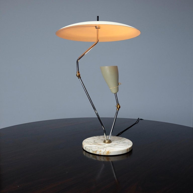 A stunning and incredibly stylish 1950s Italian reflector desk lamp with a metal reflector shade on a circular marble base. The desk lamp is in the style of Stilnovo or Gino Sarfatti. The small beige adjustable beige shade lights up the inner canopy