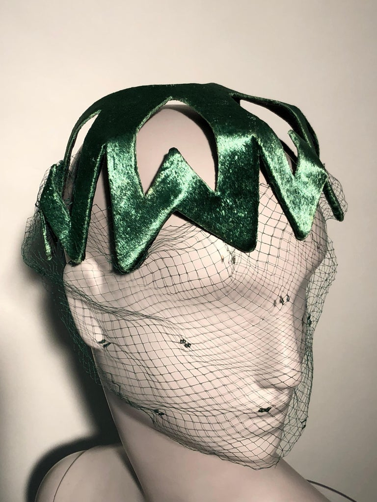 1950s Japanese Emerald Green Satin Zig Zag Graphic Hat W/ Dotted Veil In Excellent Condition For Sale In San Francisco, CA