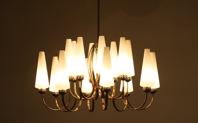 1950s, Large Brass Chandelier by Stilnovo with Large White Murano Vases, Italy In Good Condition For Sale In Silvolde, Gelderland