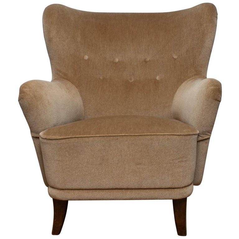 1950s lounge / club chair designed by Ilmari Lappalainen for Asko in Finland. The chair is upholstered with beige velvet. This chair has some wear spots due to use.