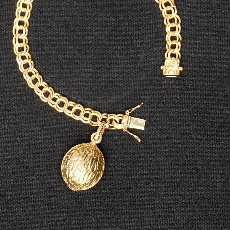 1950s Midcentury Classic Double Link 18-Karat Gold Charm Bracelet with Nut Charm In Good Condition For Sale In Haarlem, NL