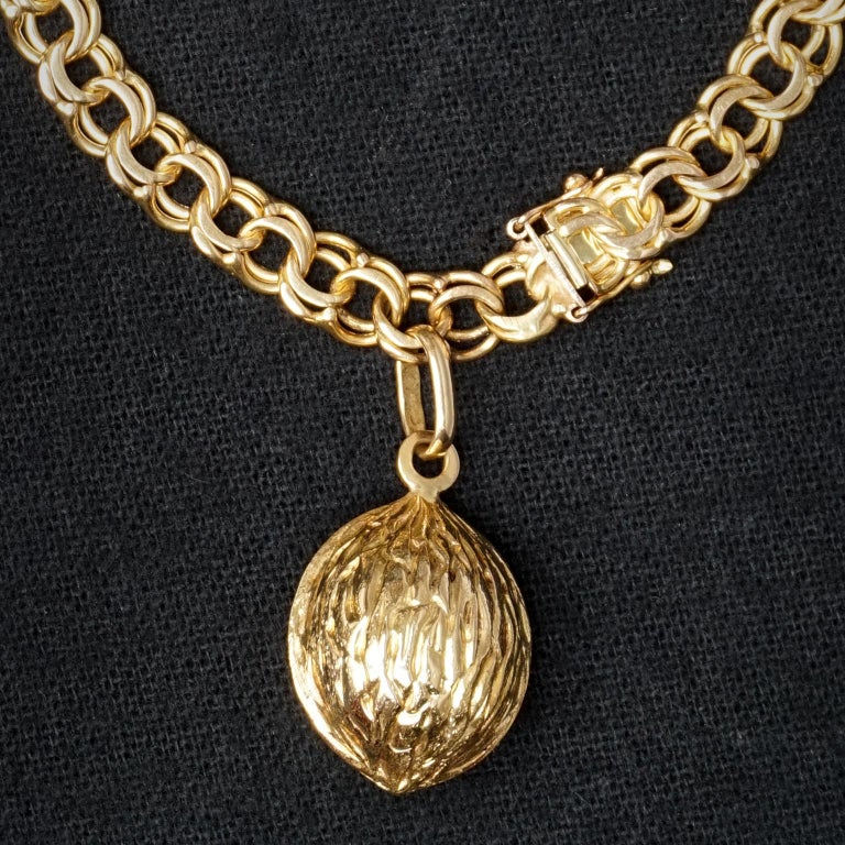 1950s Midcentury Classic Double Link 18-Karat Gold Charm Bracelet with Nut Charm For Sale 2