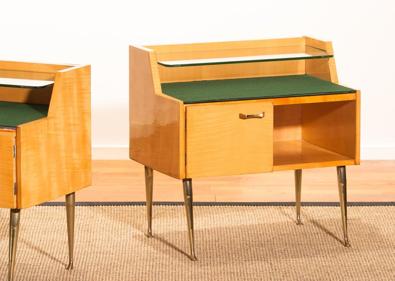 1950s, Pair of Italian Nightstands in Maple with Brass Legs by Paolo Buffa For Sale 2
