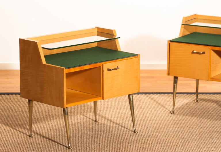 1950s, Pair of Italian Nightstands in Maple with Brass Legs by Paolo Buffa For Sale 3