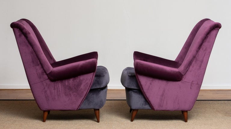 Absolutely beautiful set of two 1950s lounge or easy chairs designed by Gio Ponti and made by ISA in Bergamo in Italy. The fabulous color combination and choice of fabric, magenta and dark gray, makes these chairs a real eye catcher. This chairs are