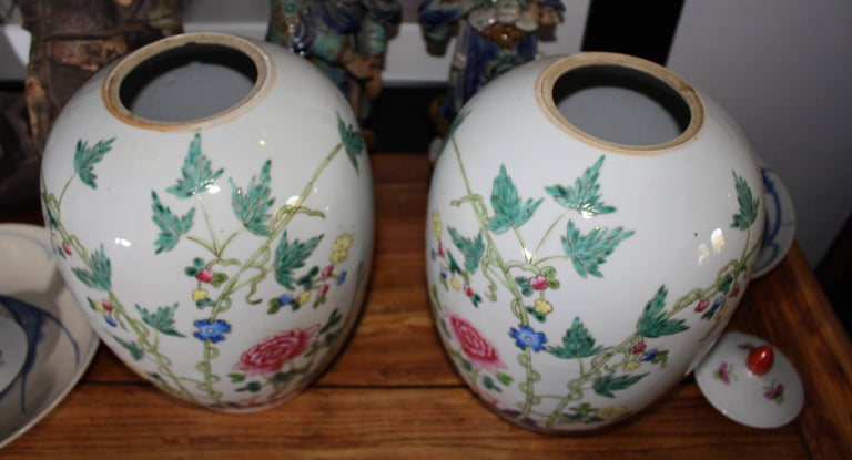 1950s Pair of Oriental Urns with Flower Decorations In Good Condition For Sale In Malaga, ES