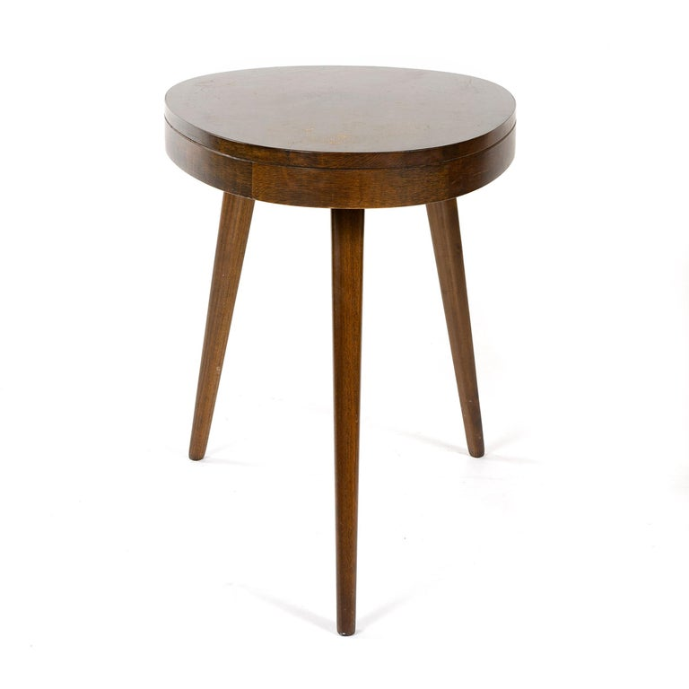 1950s Pair of Walnut Side Tables In Good Condition For Sale In Sagaponack, NY
