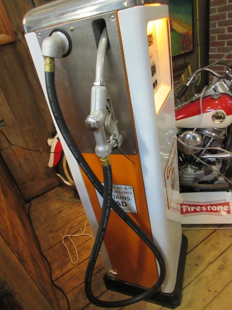 1950s Rare Gulf Gas Pump In Excellent Condition For Sale In Georges Mills, NH