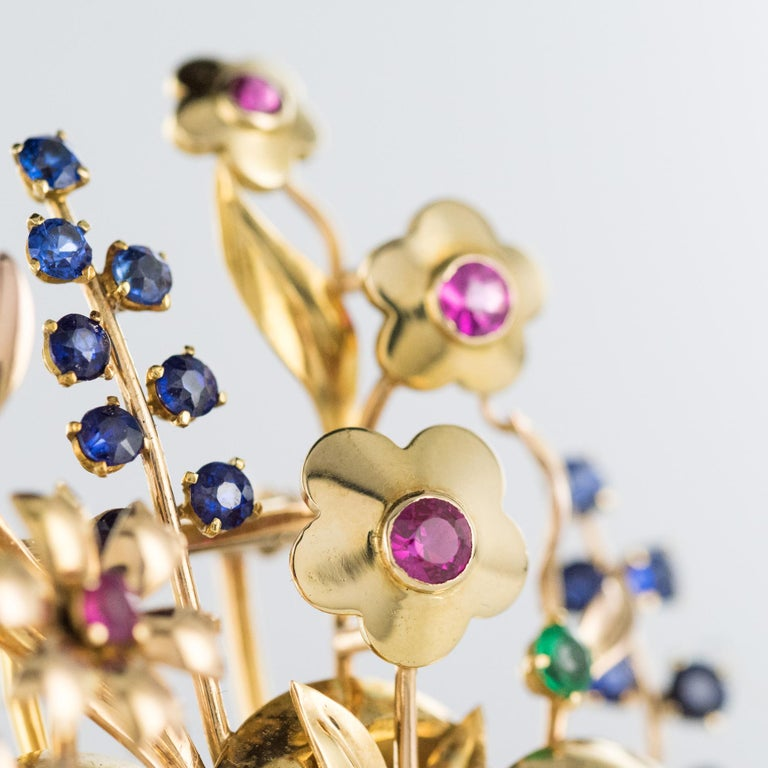 1950s Retro 18 Karat Gold Bouquet Precious Stones Brooch In Excellent Condition For Sale In Poitiers, FR