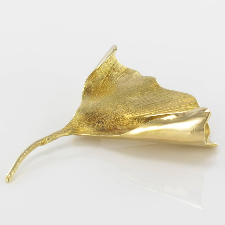 1950s Retro 18 Karats Yellow Gold Ginkgo Biloba Leaf Brooch In Excellent Condition For Sale In Poitiers, FR