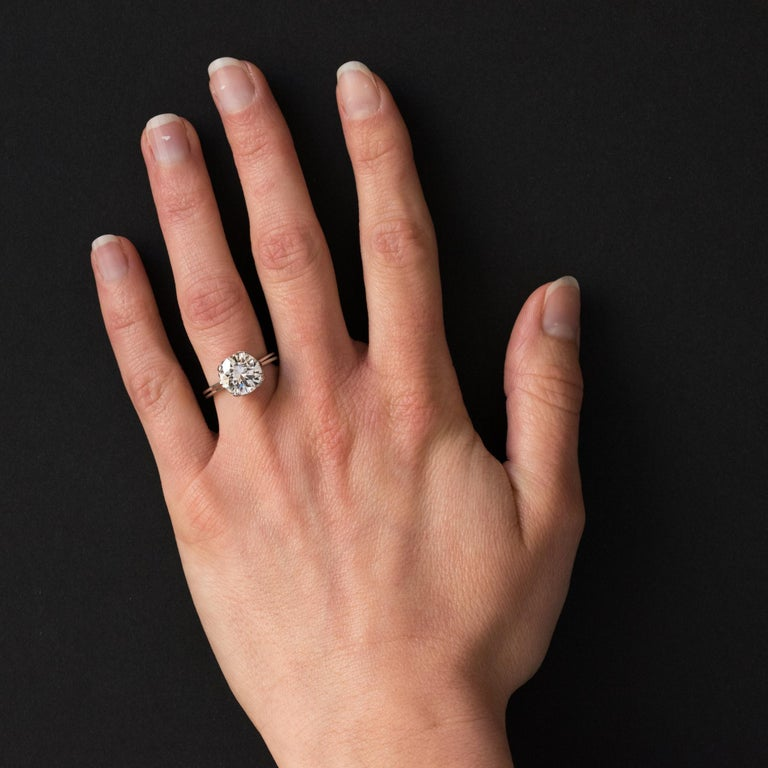 Ring in 18 karats white gold. Delicate and elegant, here is a solitary ring who is out of the ordinary. Composed of a mounted with delicate basket and openworked with elegance, this vintage ring is set with 4 claws located at the 4 corners of a