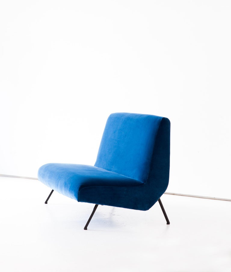 1950s Reupholstered Italian Sofa in Blue Velvet In Good Condition In Rome, IT