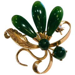 1950s Round and Teardrop Green Jade 18 Karat Gold Brooch Pin with Floral Motif