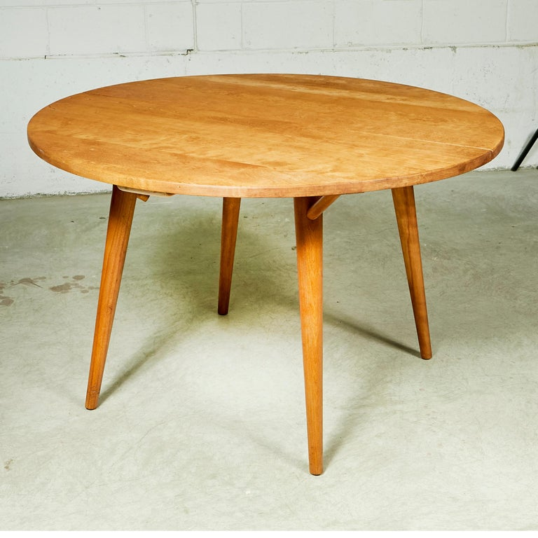 Mid-Century Modern 1950s Round Maple Wood Dining Table For Sale