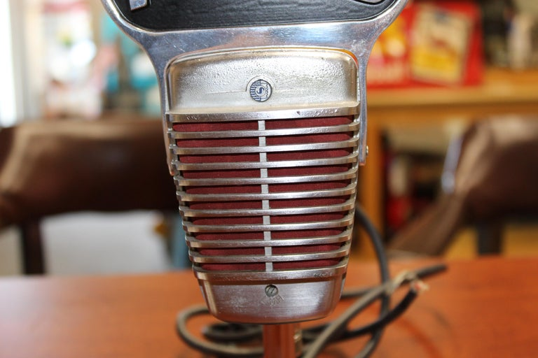 1950s Shure Model 51 Dynamic Microphone with News Topper In Fair Condition For Sale In Orange, CA