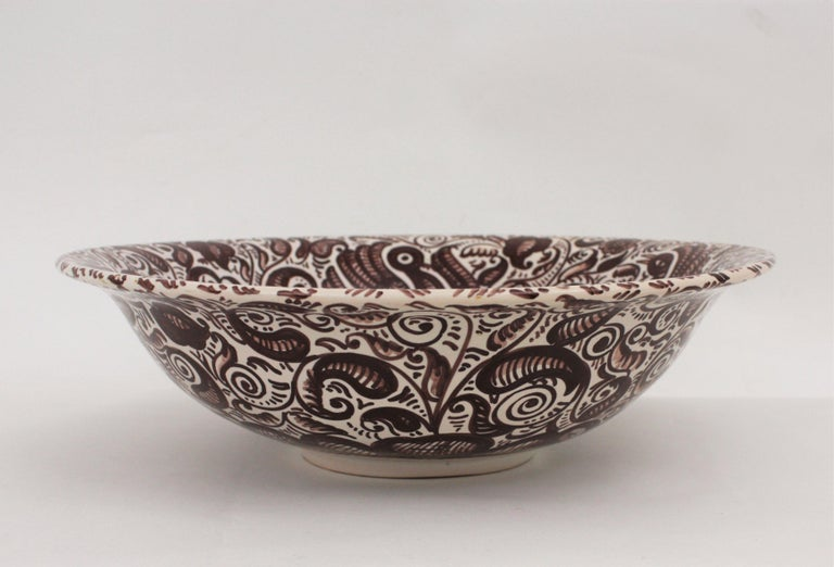 Eye-catching hand painted glazed ceramic large lebrillo bowl in brown color on a white background. Manufactured by La Menora, Talavera. Spain, 1940-1950s.