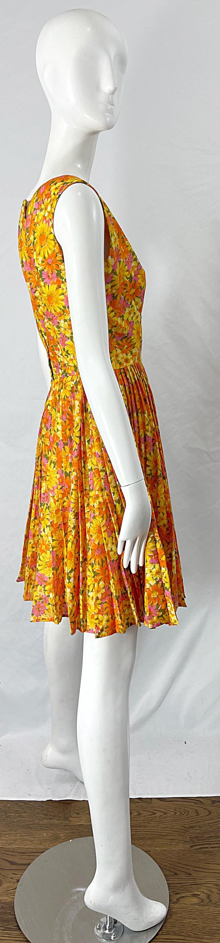1950s Suzy Perette Yellow Pink Orange Daisy Print Cotton Vintage 50s Dress In Excellent Condition For Sale In Chicago, IL