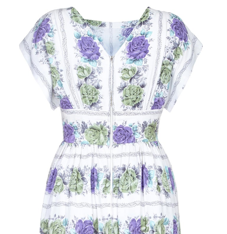 1950s Swiss Made White Cotton Floral Dress With Rose Print  In Excellent Condition For Sale In London, GB