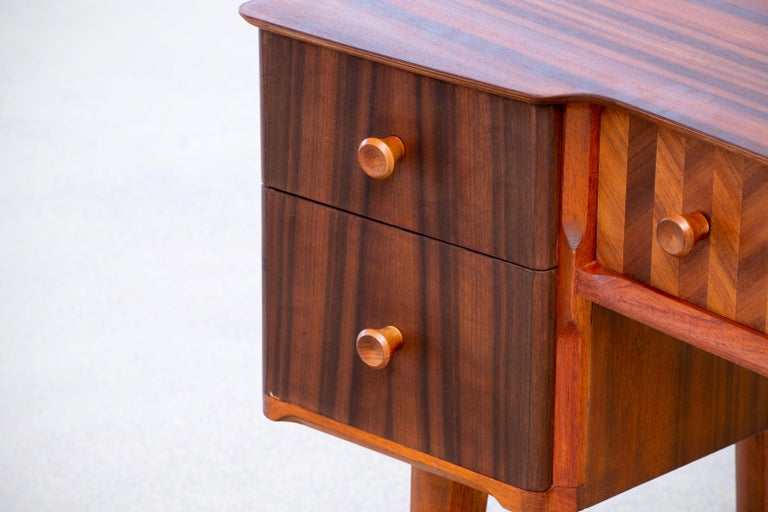 1950s Teak and Walnut Writing Desk with Marquetry In Good Condition For Sale In Gemmerich, DE