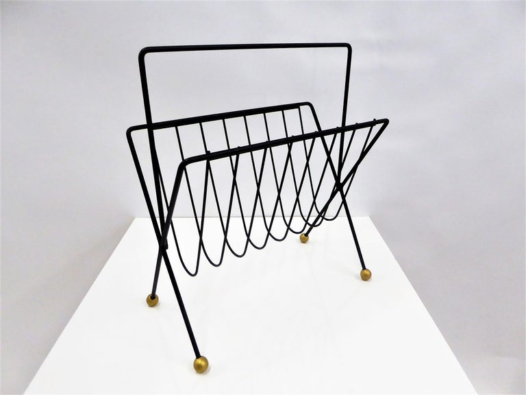 Simplistic, modern and so 1950s midcentury and Space Age with its shaped steel rods and ball feet. Superlative Tony Paul design. Elegantly holds magazines, visible at a glance. Restored and with gilt ball feet. No condition issues. Measurements: 20