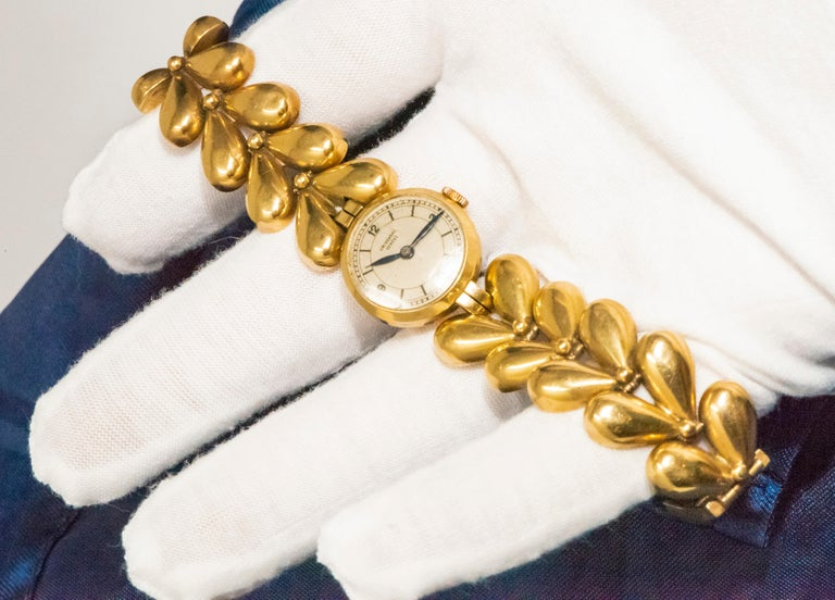 1950s Universal Flower Petal Motif 18 Karat Yellow Gold Bracelet Wristwatch For Sale 7