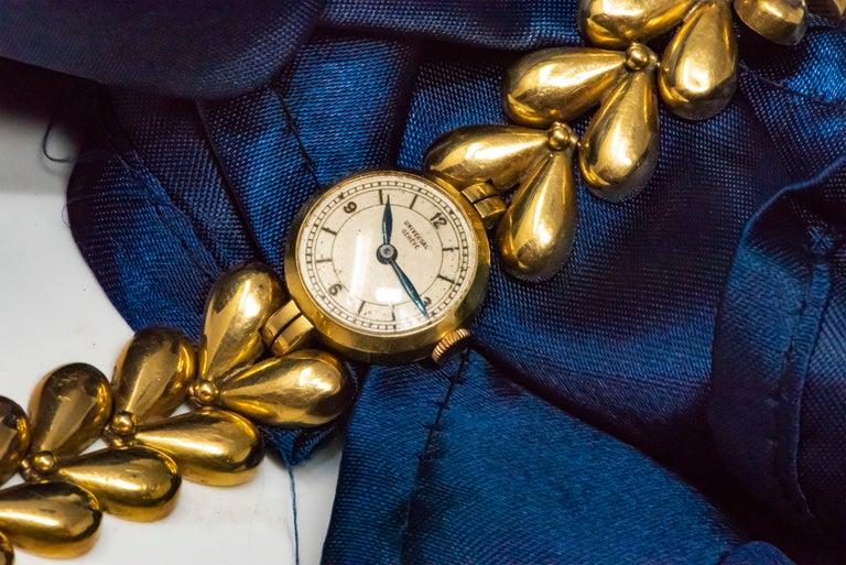 1950s Universal Flower Petal Motif 18 Karat Yellow Gold Bracelet Wristwatch For Sale 8