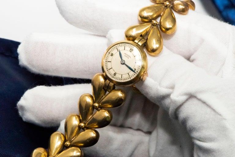 1950s Universal Flower Petal Motif 18 Karat Yellow Gold Bracelet Wristwatch For Sale 9